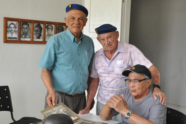 Major Cleantho (ao centro da foto), com os ex-combatentes Severino Gomes e Geraldo Seabra