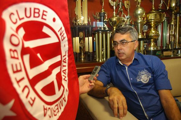 O diretor executivo do América, Sérgio Papellin, mostrou interesse em acertar com o meia Cascata, mas, valores atrapalham negociações