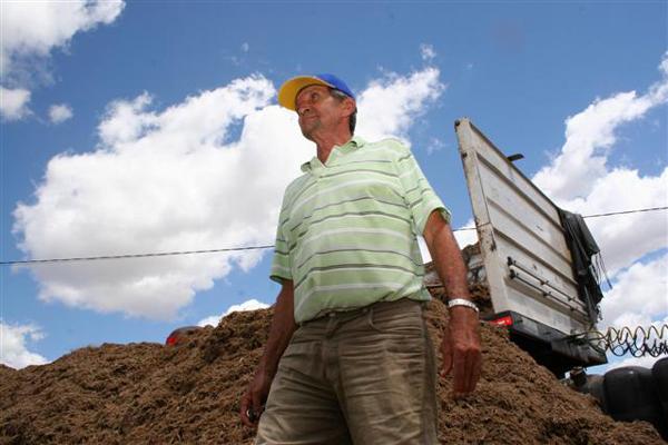 Jucurutú em maio - Na Fazenda Estreito, Ubirajara Lopes de Araújo, 66 anos, passou a comprar bagaço de cana-de-açúcar de usinas localizadas nos Estados da Paraíba, onde o produto é mais barato. O açude da propriedade fornecia água para o gado.