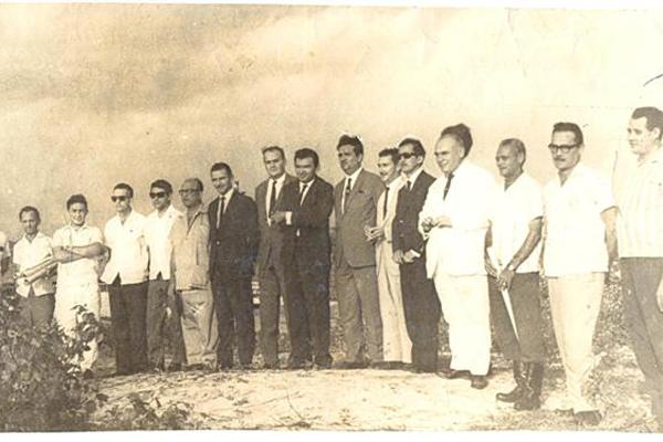 Membros da equipe administrativa na construção do estádio Machadão. Humberto Nesi, ao lado de Agnelo Alves, fazia parte das autoridades