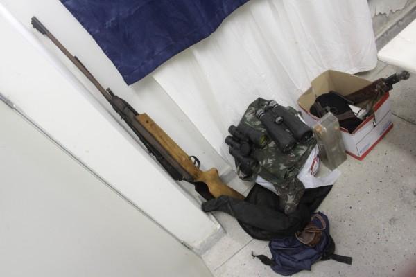Entre o material apreendido estavam binóculos, roupas camufladas, armas de fogo e armas brancas