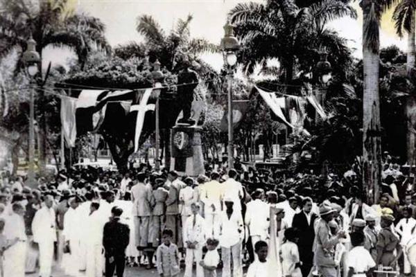Romaria em frente ao busto do aviador Augusto Severo, durante a Semana da ASA de 1936