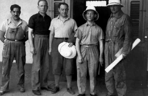 Da esquerda para a direita: Manoel (mecênico), Ezan(rádio), Exupéry (piloto), Guiliaumet (piloto), Bonnot (piloto).