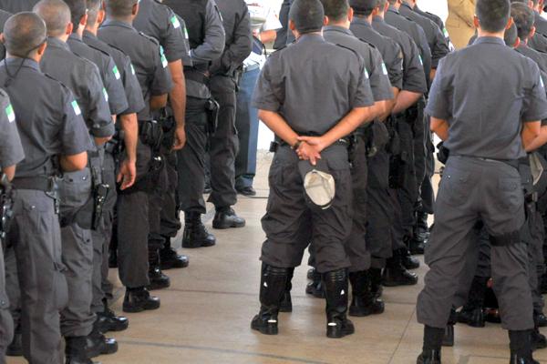 Para que a Lei Complementar seja cumprida, 4.032 novos policiais deveriam ser empregados. Desse total, 3.919 seriam praças e 220 ocupariam a função de oficiais