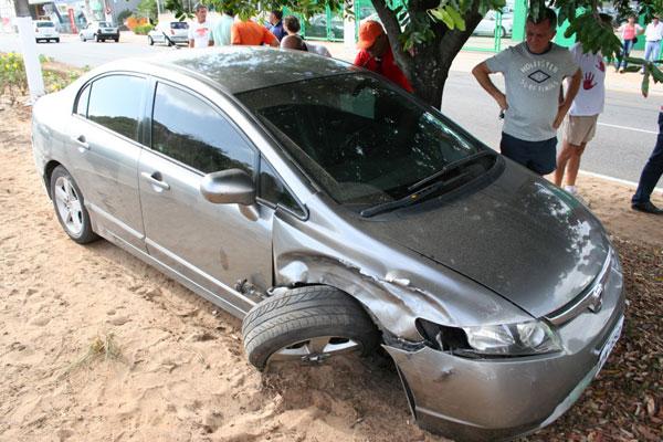 Honda Civic que causou o acidente e parou em cima do canteiro da Roberto Freire