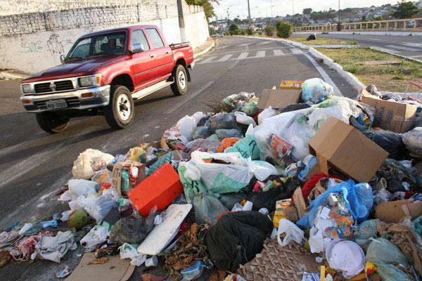 Na cidade, o lixo invade as ruas e gera transtorno no tráfego
