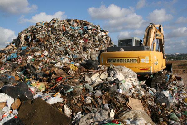 Ontem, a estação de transbordo acumulava uma quantidade significativa de lixo