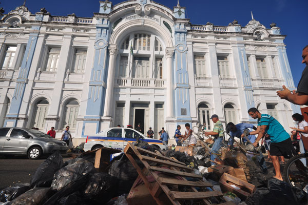 Na manifestação, o natalense jogou sacos de lixo em meio à rua Ulisses Caldas, interrompendo o trânsito