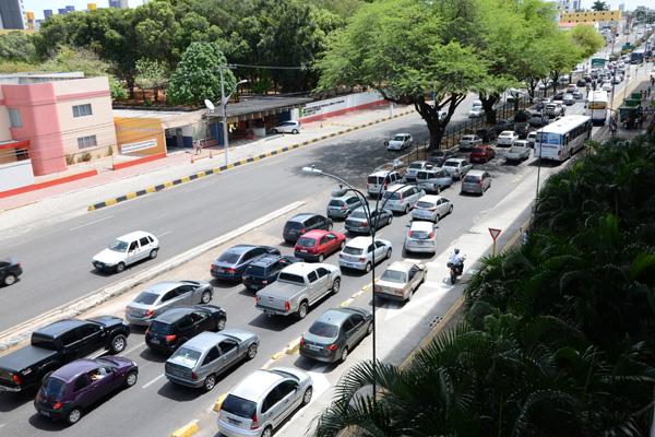 Nas ruas da cidade, a dificuldade de circulação é visível, o que exige dos governos a execução de melhorias na mobilidade urbana