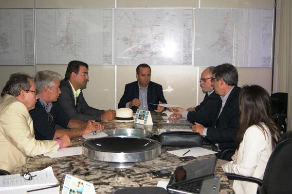 Secretário Rogério Marinho e Gustavo Szilagyi (Idema) discutem cronograma de obras das linhas de transmissão com técnicos da Chesf