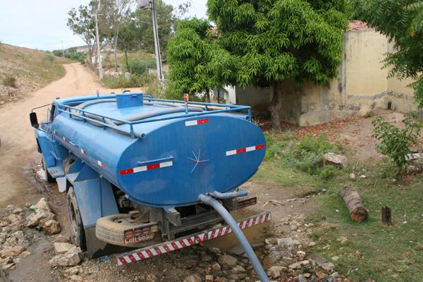 Na zona rural de Currais Novos, a população já depende, há meses, da Operação Pipa para receber água em suas cisternas