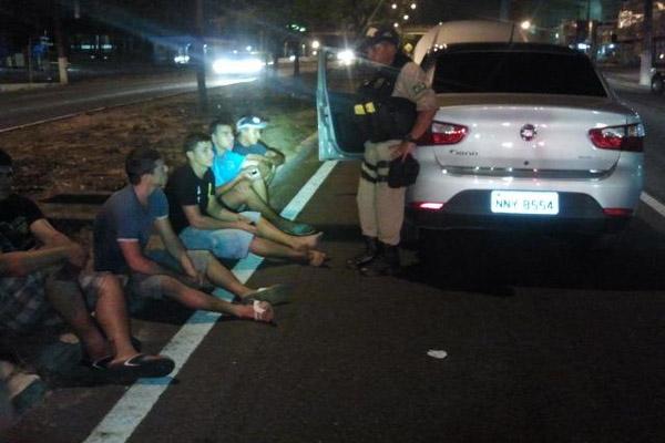 Veículo Siena roubado foi recuperado e os cinco ocupantes levados para Delegacia de Plantão Zona Sul