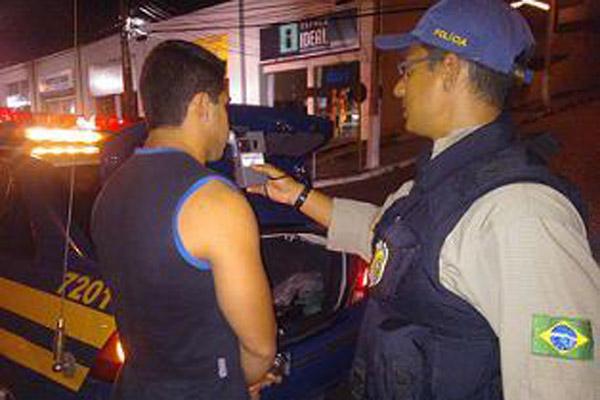 PRF realizou fiscalização contra o alcoolismo no trânsito realizando teste do bafômetro na BR-101 perto do Natal Shopping