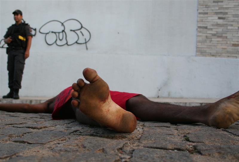 Homem identificado apenas como Yago foi encontrado próximo a calçada com marcas de tiro na cabeça
