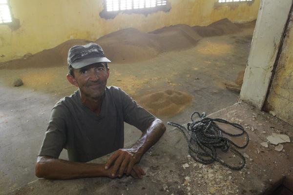 O caseiro Manoel Nunes viveu na residência nos anos 1990 e lamenta situação atual: Era tudo bem arrumadinho aqui por dentro
