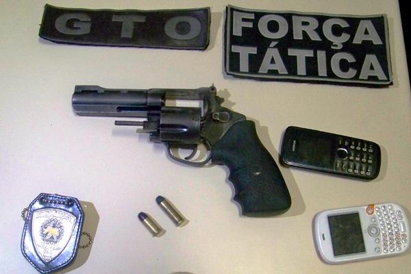 Com a dupla, a polícia encontrou a arma utilizada no crime