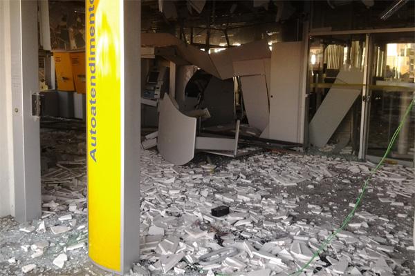 Os bandidos explodiram três caixas eletrônicos com dinamite