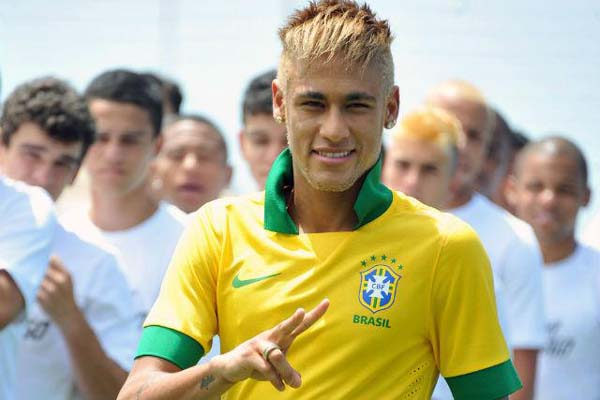 Neymar foi o modelo do lanamento da nova camisa da Seleo Brasileira, em Copacabana