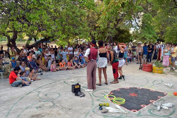 Ao longo do dia, atividades voltadas para vários públicos: artistas circenses e show de Waldir Luzz