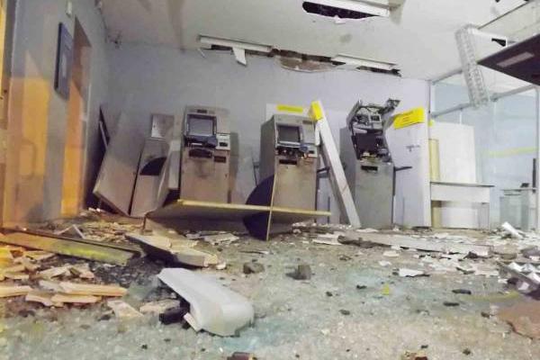 Os bandidos utilizaram pouco explosivo, destruindo parcialmente os caixas, mas o cofre não foi violado