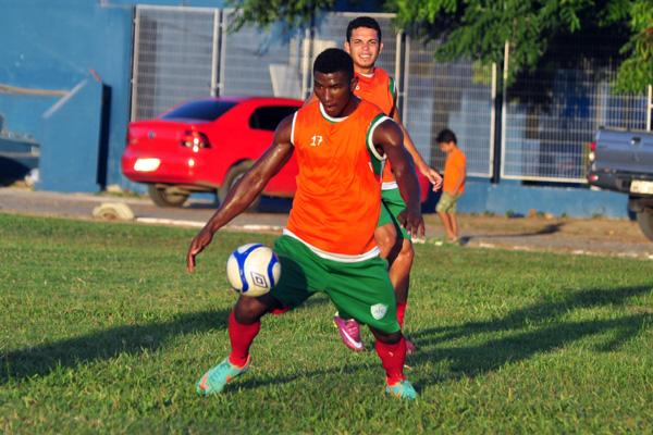 Em um dos treinos do Alecrim, Henry Kanu avança para o gol