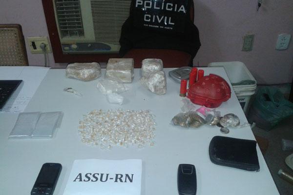Foram encontrados maconha, crack, dinheiro fracionado e celulares com os detidos