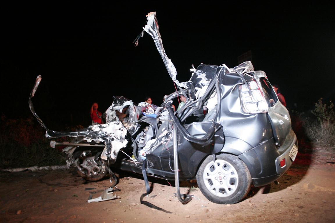 O acidente entre o Fiat Uno e a carreta deixou dois mortos, incluindo uma criança, e dois feridos