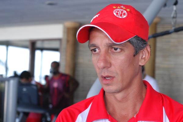 Alexandre Irineu era preparador físico na comissão técnica do ex-treinador do América Roberto Fernandes