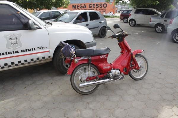Durante o assalto, um dos bandidos foi baleado por um carro que passava no local durante a abordagem; a moto foi recuperada