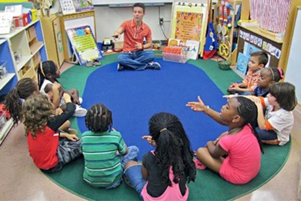 Experiência do professor Alexandre Lopes interage com as crianças em sala de aula