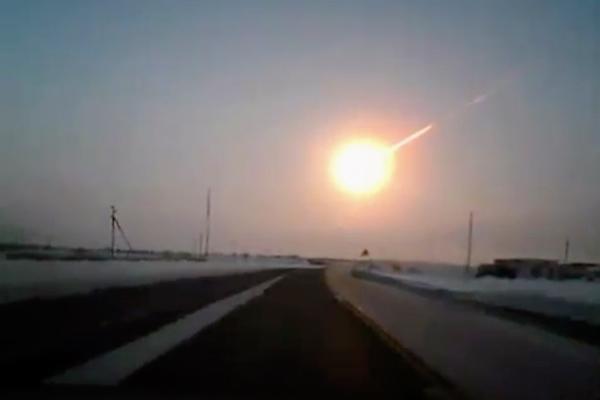 Reprodução de vídeo fornecido pela Nasha Gazeta mostra o rastro deixado no céu por um meteoro, em um território da Rússia