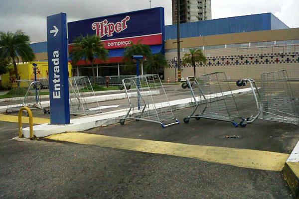 A loja da Prudente de Morais do Hiper Bompreço fechou neste domingo devido a infiltrações