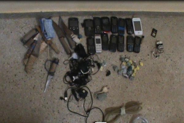 Material apreendido tinha armas, celulares e drogas