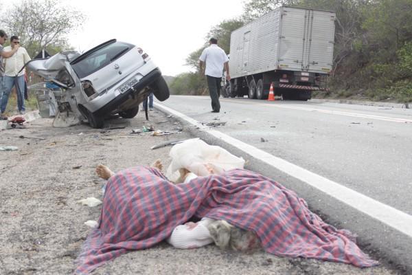 O acidente entre um Gol e um caminhão, por volta das 5h40 de hoje (22) deixou mãe e filho mortos
