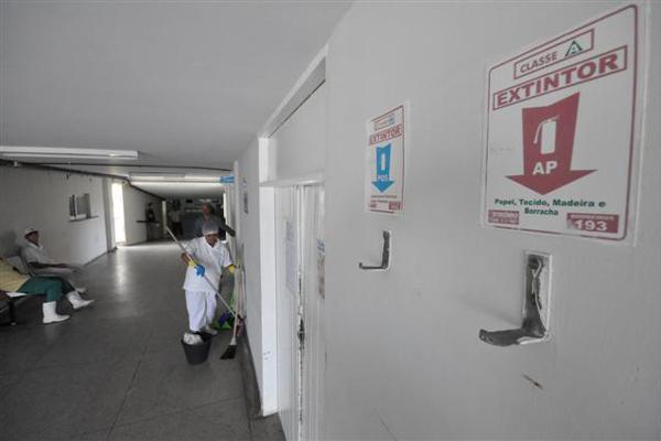 Em determinadas áreas do hospital Walfredo Gurgel existe apenas o lugar indicado para os extintores de incêndio, mas não há equipamento disponível