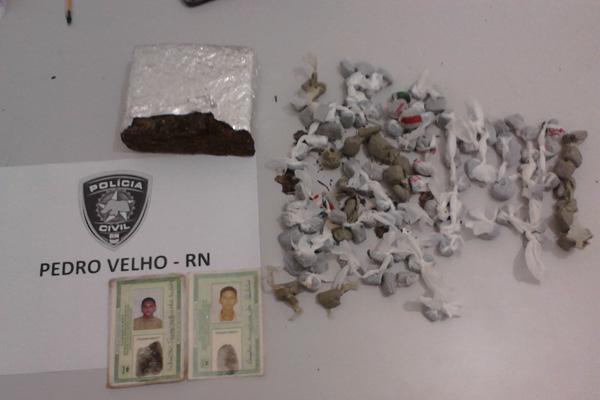 Foram encontrados 110 trouxinhas de maconha e um tablete de 480 gramas de maconha prontos para a comercialização