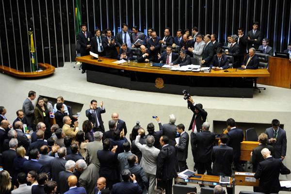 Deputados comemoram o fim de benefícios dos parlamentares