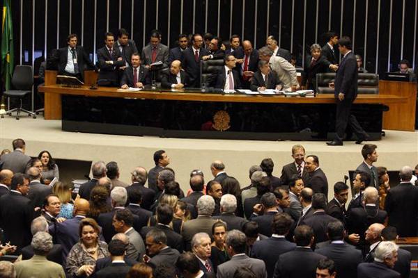 Henrique Eduardo Alves coordena votação em plenário que acabou com salários extras