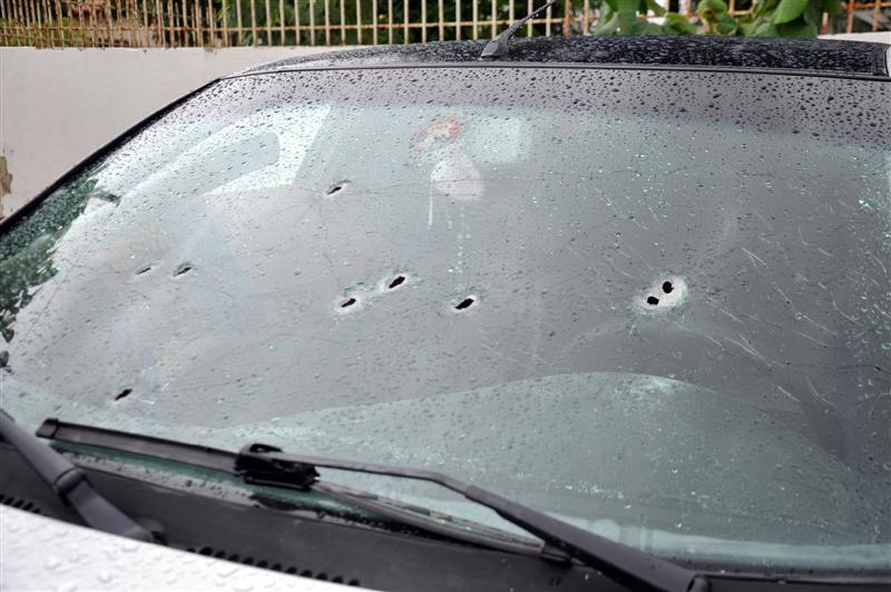 O Palio que Rodrigo estava tem ao menos nove marcas de tiros no para-brisa