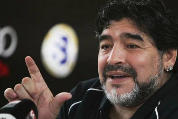 Maradona rasgou elogios ao animal Cristiano Ronaldo, comoe ele mesmo disse. Mas também defendeu Messi das críticas recentes