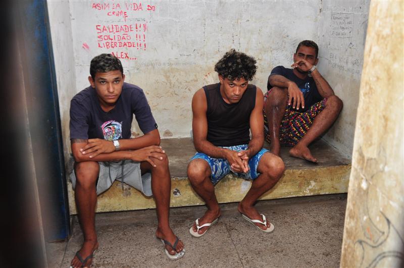 Após trocarem tiros com a Polícia, foram presos Thiago Oliveira do Nascimento, Eduardo Alexsandro e Isaac Heleno