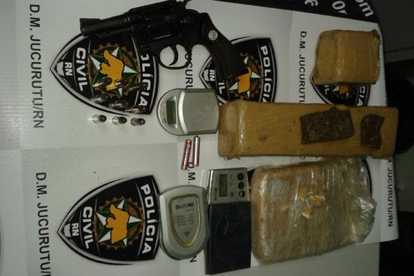 Foram apreendidos quase dois quilos de maconha, mais de 500 gramas de crack, balanças de precisão e um revolver