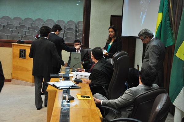 Deputados estaduais votam os projetos de lei que entraram na pauta e acaba com salários extras