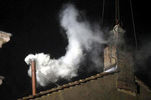 Fumaça branca anunciando escolha do papa sai no meio da tarde