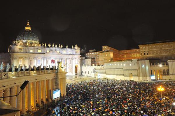 Sob um frio de 8 graus, milhares de pessoas esperaram mais de uma hora pelo anúncio do nome de Jorge Bergoblio, o papa Francisco