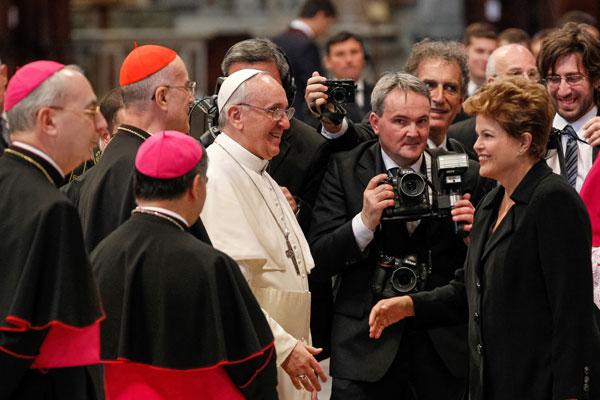 Em nome dos brasileiros, a presidenta Dilma Roussef cumprimenta o papa logo após a missa de entronização, celebrada no Vaticano