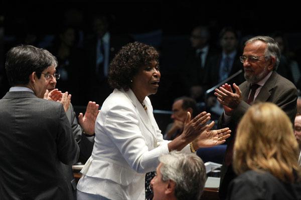 A relatora da PEC na Câmara, deputada Benedita da Silva, é aplaudida após resultado no Senado