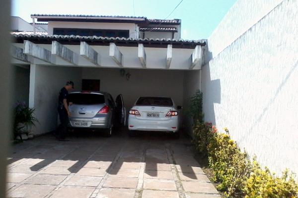 Policiais realizam buscas nos carros encontrados na casa de Elias Fernandes