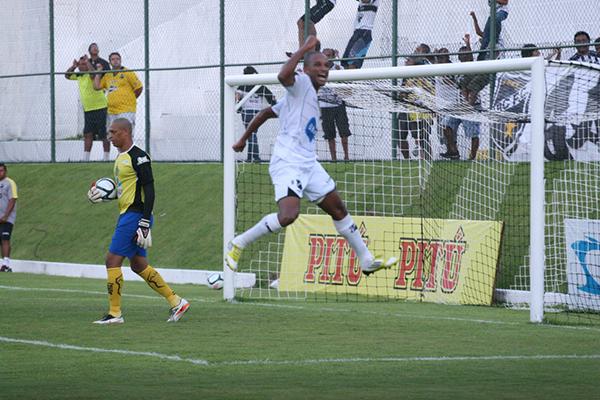 Rodrigo Silva comemora gol contra o ASSU