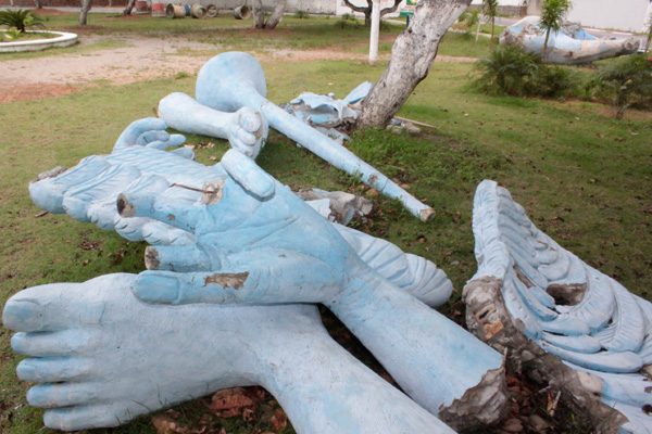 A estátua Anjo Azul foi transferida do Tirol para Ponta Negra em maio do ano passado, onde permanece desmontada.